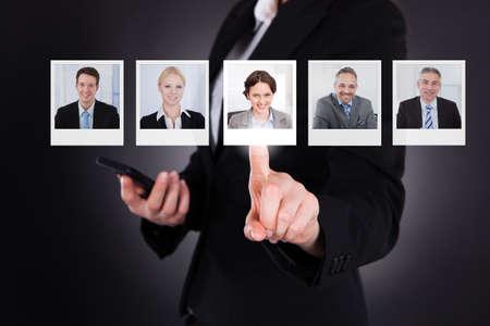 デジタル画面上のプロフィール画像を選択する男性のクローズ アップ