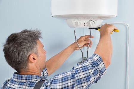 fontanero: Primer De adulto de mediana edad Hombre fontanero Instalaci�n de calentador de agua