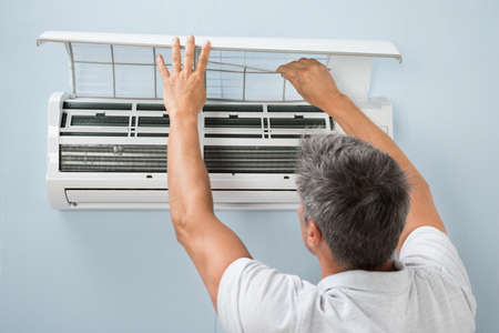 aire acondicionado: Vista posterior de un sistema de limpieza del hombre Aire Acondicionado