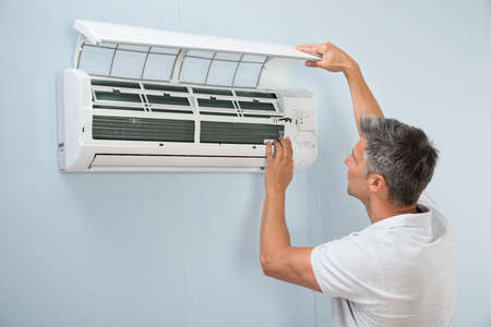 Portret van een Man Cleaning Air Conditioning System Stockfoto - 39430622