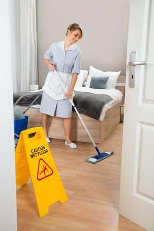 sirvienta: Mujer de camarera de piso Limpieza En La Habitación Foto de archivo