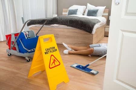 Vrouwelijke Maid had arbeidsongeval tijdens het reinigen van Hotel Room Stockfoto
