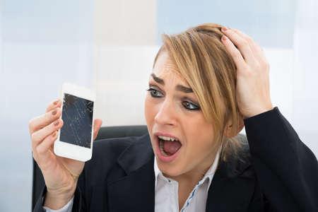 Close-up Von Besorgte Geschäftsfrau, Broken Screen smartphone im Büro