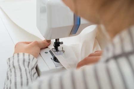 maquinas de coser: Primer En Mujer costura Tela En la máquina de coser