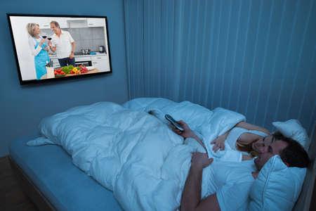 pareja en la cama: Pareja en la cama con manta Televisión de observación