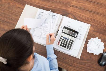 impuestos: Empresaria Cálculo de impuestos en el escritorio con la calculadora en la oficina