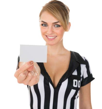 arbitros: Retrato de Fútbol Femenino Árbitro mostrando la tarjeta en blanco sobre el fondo blanco