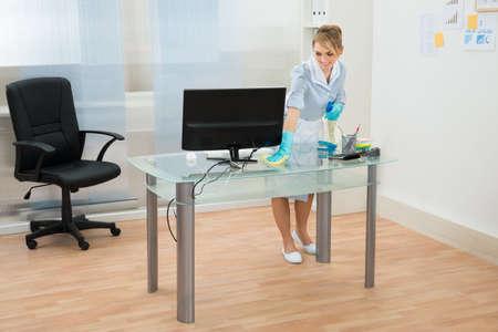 Bonne Maid In Uniform bureau Nettoyage des vitres Dans Office Banque d'images - 39679402