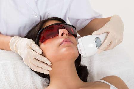 gesicht: Close-up Kosmetikerin, die Epilation Laserbehandlung auf Gesicht der Frau,