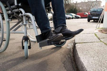 discapacitados: Primer plano del hombre minusválidos Sentado en silla de ruedas en la calle Foto de archivo