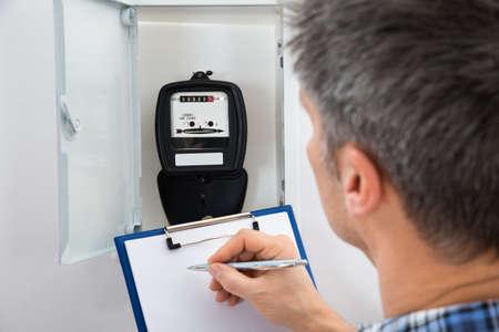 metro medir: Técnico Escritura Lectura De Meter en el sujetapapeles Foto de archivo