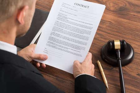 ley: Primer Del Juez Lectura Papel Contrato En El Escritorio En Courthouse