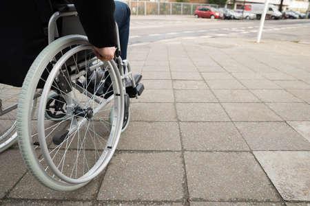 silla de rueda: Primer Del Hombre Sentado En minusv�lidos con silla de ruedas