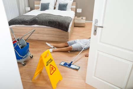 accidente trabajo: Mujer criada Had accidente de trabajo durante la limpieza Cuarto de Hotel