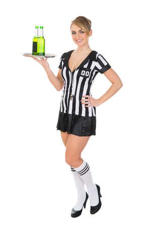 arbitros: Retrato De Árbitro lleva femenino bandeja con bebidas Sobre Fondo Blanco Foto de archivo