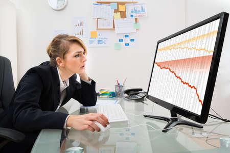 derrumbe: Empresaria Joven Mirar Finanzas Contraer Gr�fico En Monitor