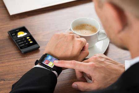 estado del tiempo: Primer plano de un empresario Comprobación del tiempo El SmartWatch