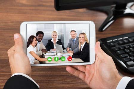 사무실에서 휴대 전화에 산업인 화상 회의의 근접