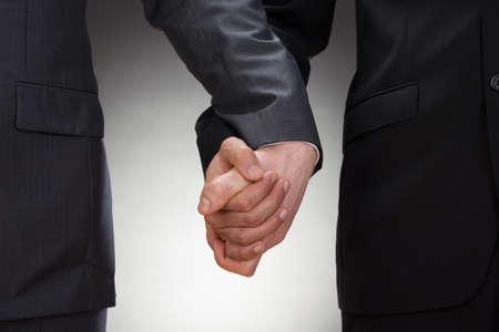 hombres gays: Primer De Dos Hombres Gay Agarrados de la mano