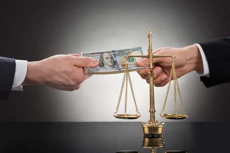 justiz: Close-up von einem Geschäfts Unter Bribe In Front Of Justice-Skala Lizenzfreie Bilder