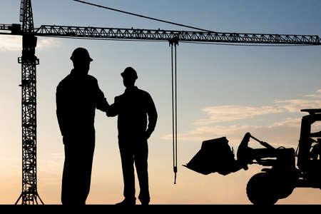 maquinaria: Silueta De Dos Arquitecto En Emplazamiento mano temblorosa Foto de archivo