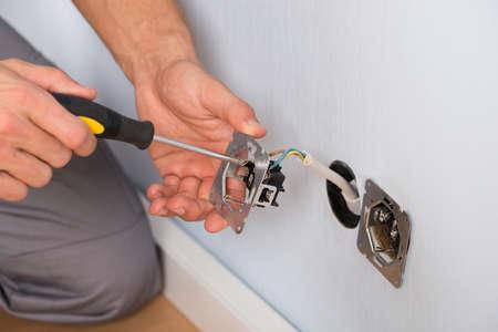 Close-up Van Elektricien Handen Met schroevendraaier Muur installeert
