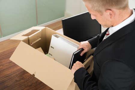 cajas de carton: Primer plano de un empresario de embalaje Archivos En Caja De Cartón En La Oficina Foto de archivo