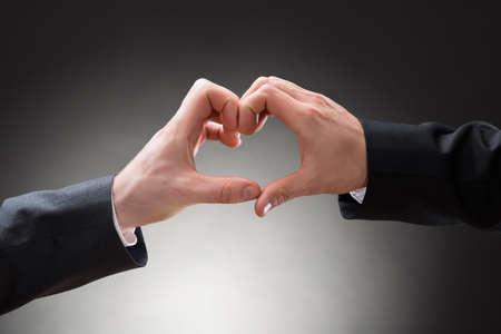 boda gay: Primer plano de dos hombres gay Hacer Heartshape Con Las Manos
