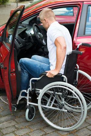 silla de rueda: Discapacitados Hombre Sentado en silla de ruedas de embarque en su coche Foto de archivo