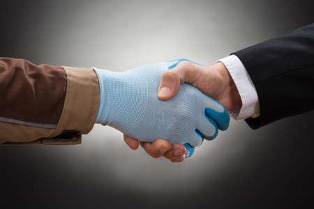 guantes: Primer Del Trabajador Guante Llevar sacude la mano con el empresario