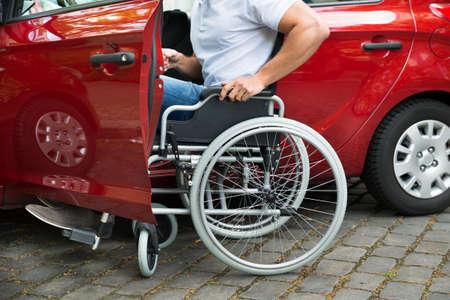 personas discapacitadas: Primer plano de un hombre en sillón de ruedas para discapacitados Conseguir En Su Coche Foto de archivo