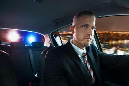 Portret Van Een Jonge Man Achtervolgd en trok over door politie Stockfoto