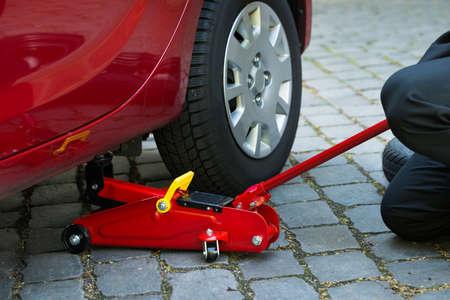 mecanico automotriz: Coche Levantado Con Red Hidráulica Gato de piso para la reparación