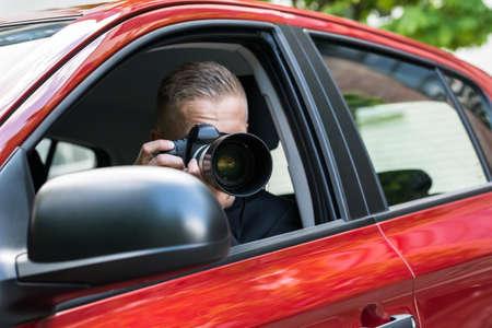 男性ドライバーの車から一眼レフ カメラで撮影のクローズ アップ 写真素材