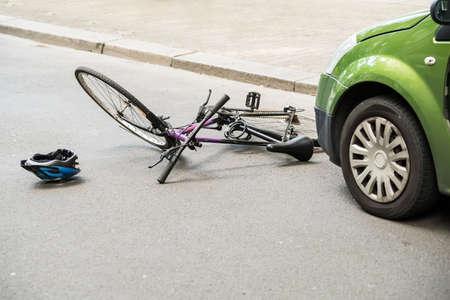 lesionado: Primer plano de un accidente en bicicleta en la calle de la ciudad Foto de archivo