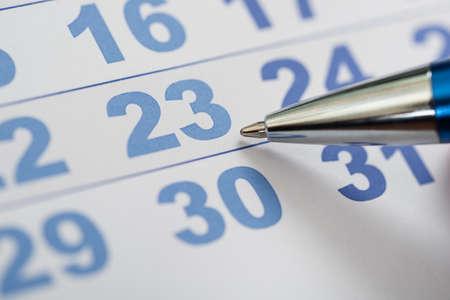cronogramas: Close-up Foto De Pen Nib En Calendario