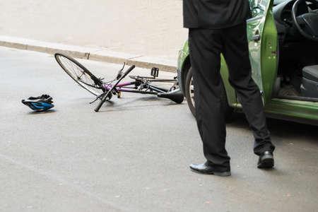 chofer: Primer Del Hombre controlador Después de colisión con la bicicleta en la carretera Foto de archivo
