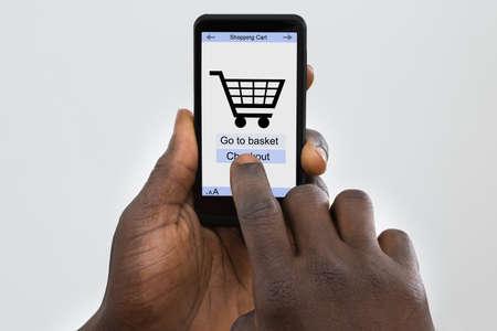 Personne, tenue, mobile avec l'application en ligne commercial à l'écran