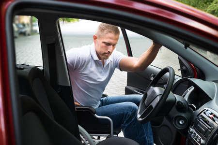 persona en silla de ruedas: Hombre Sentado En minusválidos Embarque de ruedas en su coche