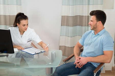 preguntando: Doctor de sexo femenino y paciente Discutir en el hospital