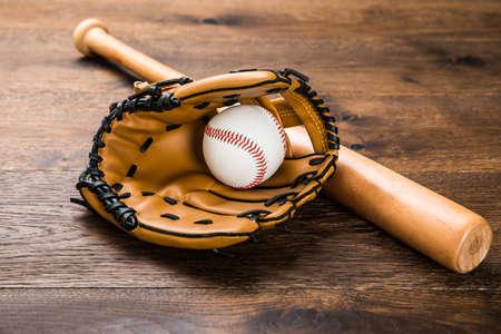 guantes: Primer De Guante de cuero con béisbol y el murciélago en la tabla de madera