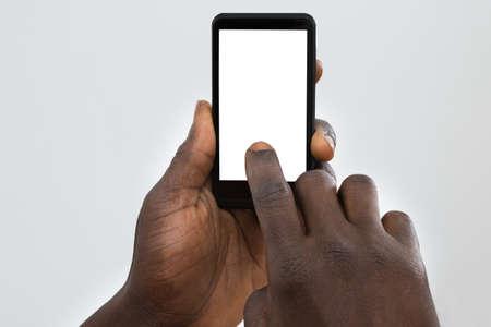 근접 사람의 손의 빈 화면으로 핸드폰 사용