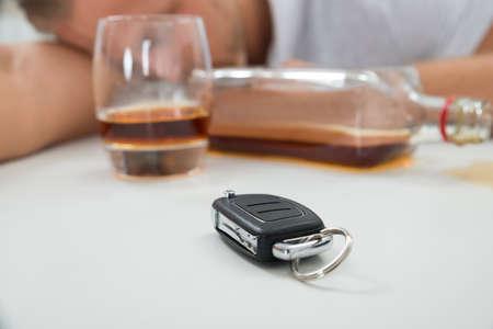 jovenes tomando alcohol: Primer Del Hombre Borracho Con El Vidrio De Licor Y la llave del coche Foto de archivo