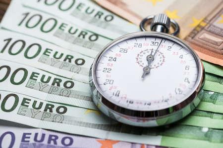 dinero euros: Primer plano de un cronómetro en billetes en euros