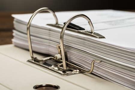 accounting records: Close-up foto de la carpeta de archivos con documentos