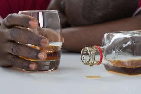 borracho: Primer Plano De la mano del hombre sosteniendo el vaso de Whisky Foto de archivo