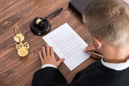 derecho penal: Primer Del Juez escrito en papel en la Sala