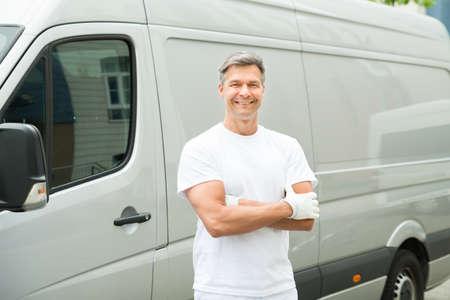 hombre pintando: Pintor Hombre feliz con los brazos cruzados de pie delante de Van Foto de archivo