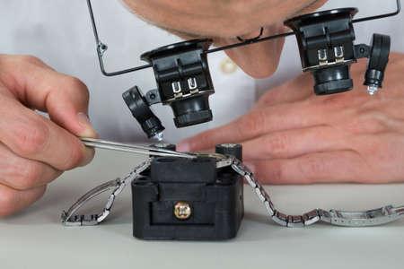 pinzas: Primer Del Relojero Usando la lupa para la reparación de reloj de pulsera