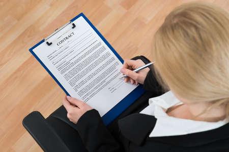 contratos: Elevada Vista de negocios la firma de papel contrato en la Oficina Foto de archivo